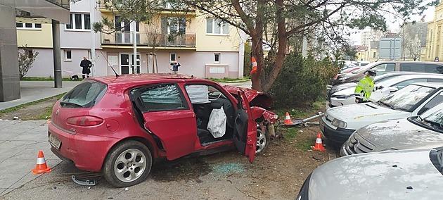Řidič havaroval na Lidické třídě v Českých Budějovicích. Zastavil ho až náraz do stromu.