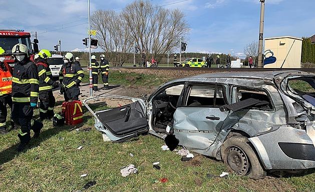 Řidička seniorka vjela na přejezdu v Hrdějovicích pod nákladní vlak. S těžkými zraněními skončila v nemocnici.
