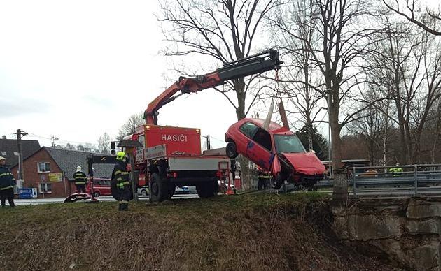 Policisté v Rumburku stíhali zfetovaného řidiče. Skončil v řece