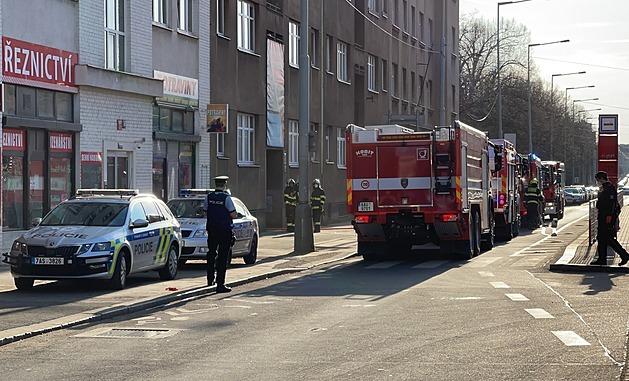 Hoří byt ve Strašnicích: 14 zraněných, záchranáři aktivovali traumaplán
