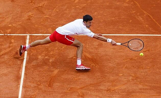 Srb Novak Djokoviè se natahuje po míèi v osmifinále turnaje v Monte Carlu.