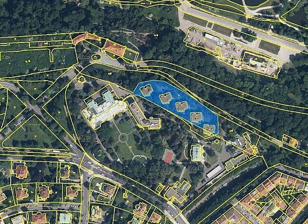Letecká mapa z Katastru nemovitostí zachycující zabranı pozemek. Stojí na nìm...