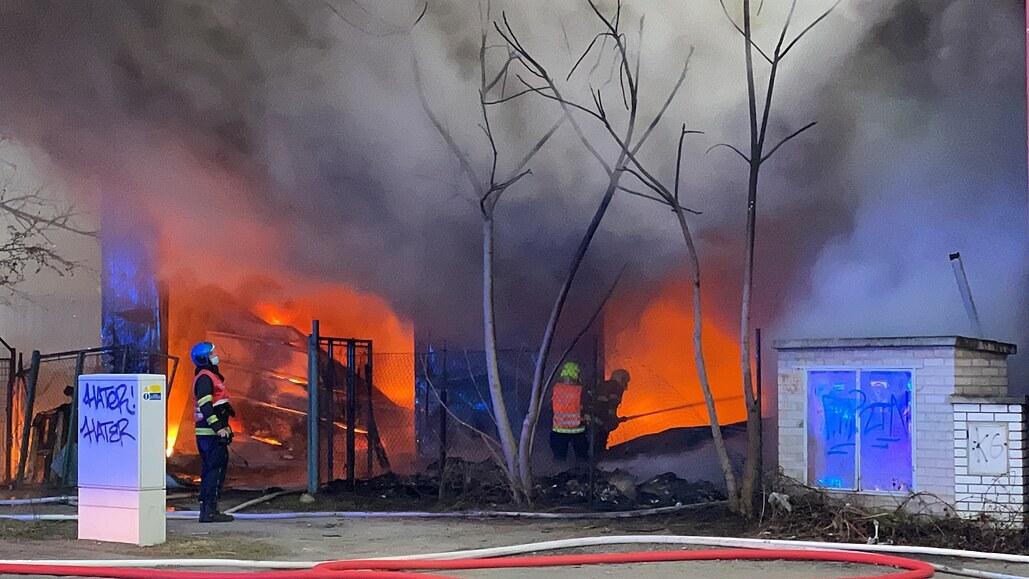 Halu v Braníku někdo zapálil, důležitým svědkem je otužilec v šortkách