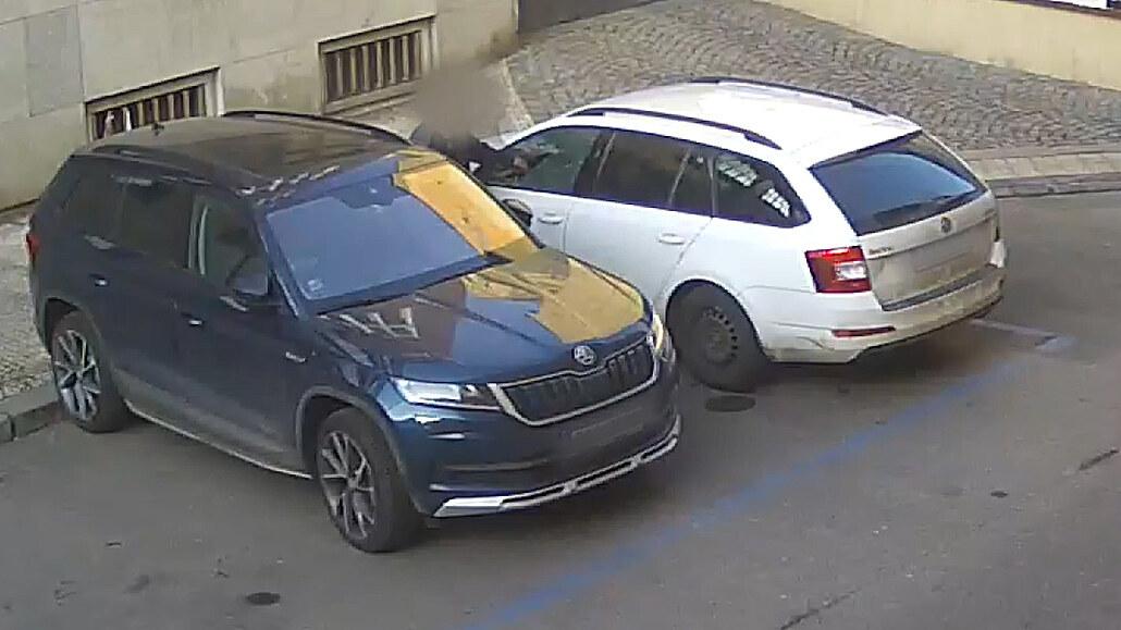 V Praze roste počet vloupání do aut, pachatele lákají samotní řidiči