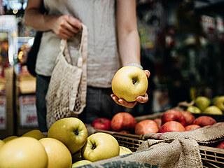 V obchodě chceme mít krásná jablka po celý rok.