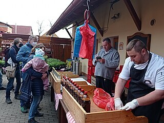 Václav Frič jako hlavní kuchař a bavič nesměl chybět u prodejního pultu.