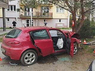 Řidič havaroval na Lidické třídě v Českých Budějovicích. Zastavil ho až náraz...