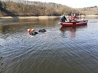 Policisté hledali tělo sebevraha, který měl skočit ze Žďákovského mostu, ale...