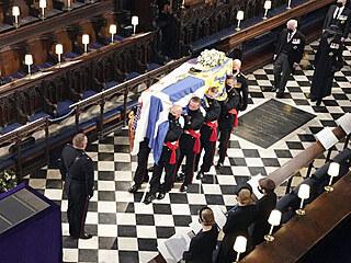 Ostatky prince Philipa byly přeneseny do kaple svatého Jiří na hradě Windsor....