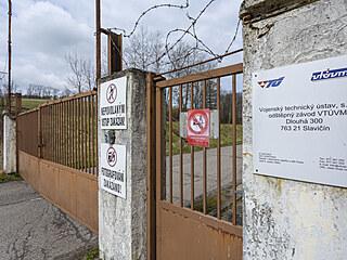 Hlavní vjezd do areálu muničního skladu ve Vrběticích (duben 2021).