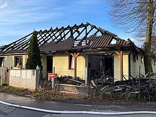V Nových Jirnech shořel rodinný dům, hasiči uvnitř našli tělo. (15.4.2021)