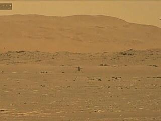 Snímek z kamery roveru Perseverance zachycující let vrtulníčku Ingenuity  na...