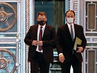 Český velvyslanec v Moskvě Vítězslav Pivoňka (vlevo) opouští v neděli večer...