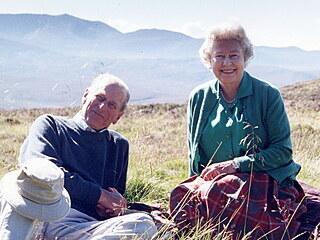 Princ Philip a královna Alžběta II. na vrcholu Coyles of Muick na snímku...