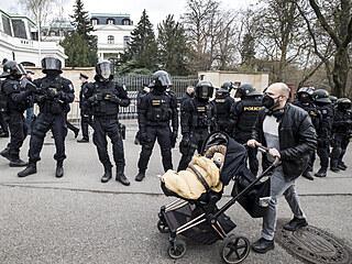 Před budovou ruského velvyslanectví v Praze se v neděli odpoledne sešli...