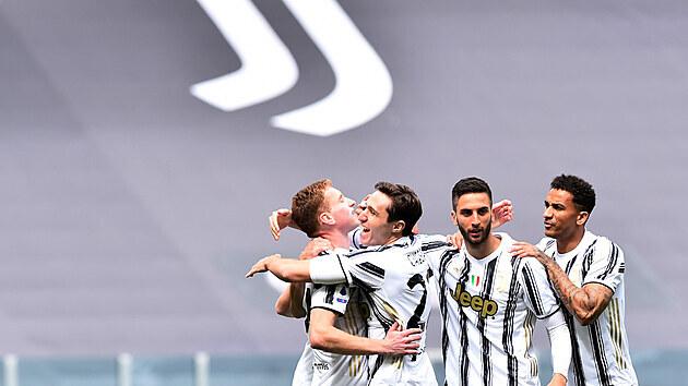 Fotbalisté Juventusu se radují ze vstøelené branky proti Janovu.