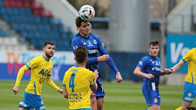 Olomoucký Mojmír Chytil (uprostøed) hlavièkuje v zápase proti Teplicím.