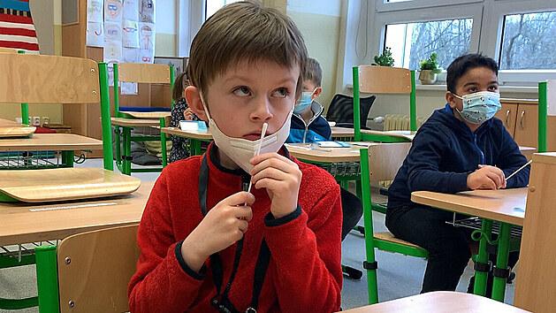 Děti se ve škole hned ráno učily, jak se testovat