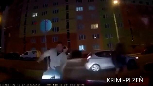 Řidičku zablokovalo jiné auto, na útočníka s obuškem najela