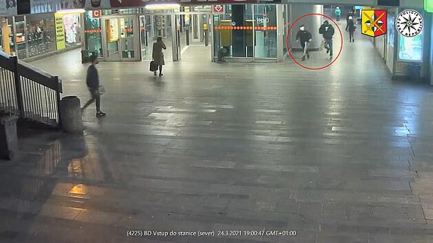 Parta mladíků zbila v metru dva bratry, odmítli si kleknout