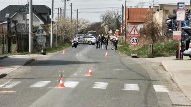 Motorkář srazil policistu na Mělnicku. Vážně ho zranil