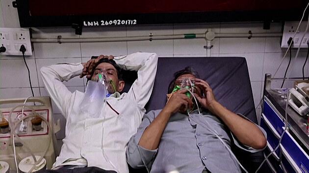 Dva na jednom lůžku. Nemocnice v Indii kvůli covidu praskají ve švech
