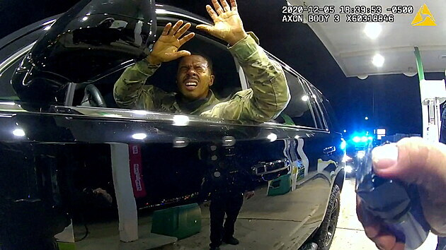 Policisté v USA násilím vytáhli vojáka z auta, použili pistole