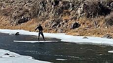 Nový způsob muškaření. Muž loví ryby z plovoucí kry