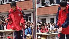 Čínská škola přinutila žáky veřejně zničit své telefony