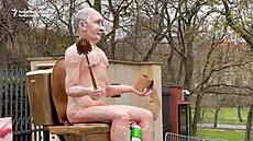 Lidé postavili sochu nahého Putina před ambasádou