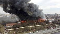 Při rozsáhlém požáru v Petrohradu zemřel hasič