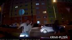 Na řidičku vyběhli muži s obuškem, jednoho srazila