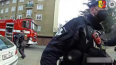 Policie zveřejnila video ze zásahu u požáru bytu