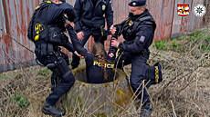 Policie pátrá po chlapci, byl svlečený do půli těla