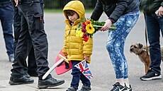 Salvy pro prince Philipa. Britové nosí květiny
