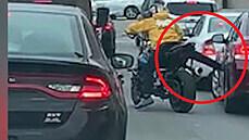 Vzteklý motorkář nakopl auto cizího řidiče