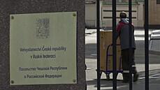 Novináři v Moskvě natáčejí stěhování Čechů z ambasády