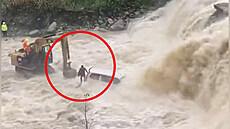 Záchrana z rozvodněné řeky. Řidiče nabrali bagrem
