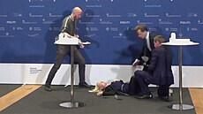 Dánská úřednice omdlela během brífinku o vakcínách