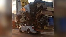 Řidič stěhoval na korbě všechen svůj majetek