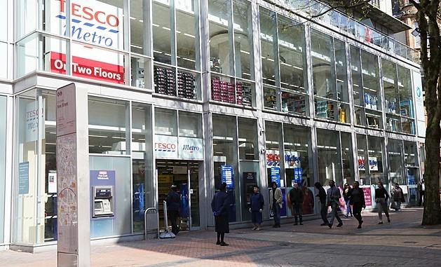 Britské Tesco dostalo rekordní pokutu. Prodávalo prošlé potraviny