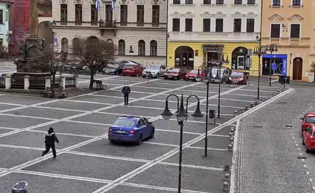 Strážnice sprintovala za zmateným řidičem, který jel středem náměstí