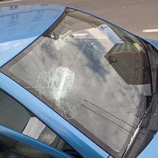 Řidič vybržďoval jiného, ten mu teleskopickým obuškem rozbil čelní sklo
