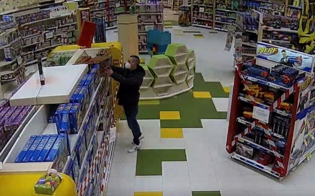 Zloděj si do vozíku vyskládal lego za patnáct tisíc, pak projel kolem rámu