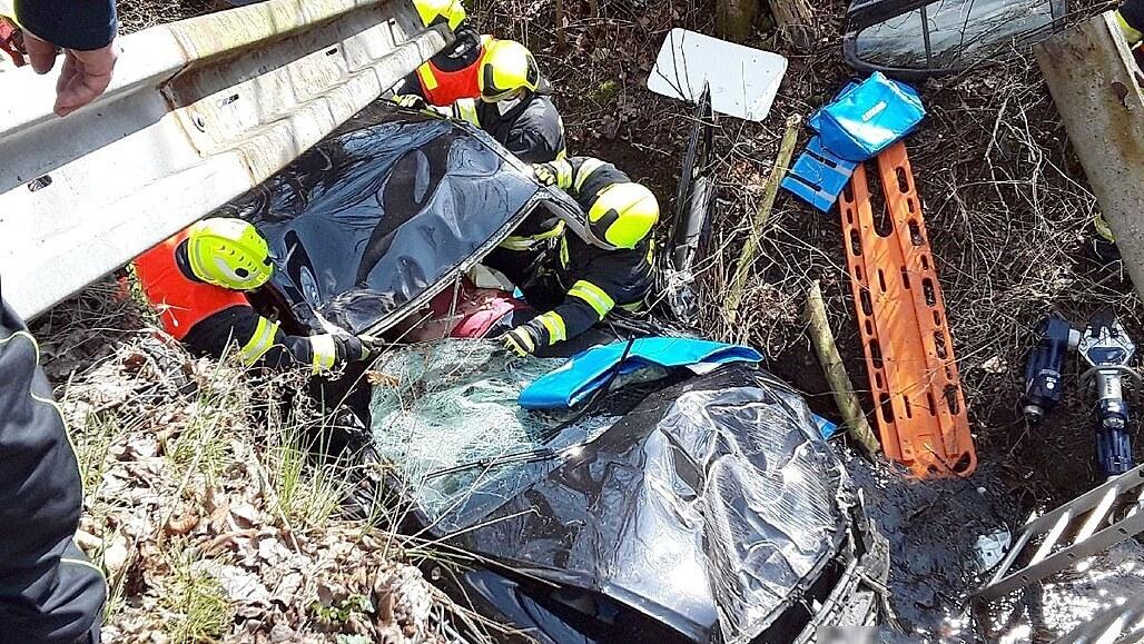 Auta se při předjíždění střetla bokem, jedno spadlo do třímetrového koryta