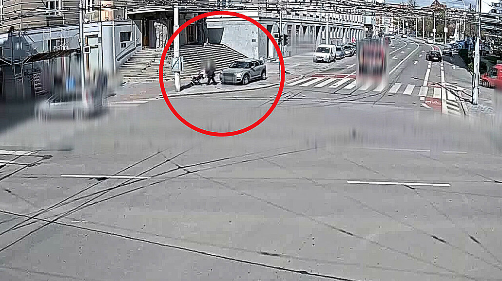 Špatně zabrzděné auto projelo křižovatkou, málem srazilo kočárek