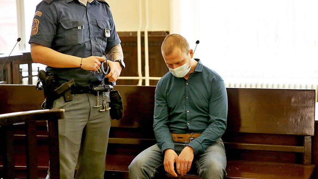 Muž nevydržel nadávky příbuzné, za vraždu sekerou dostal deset a půl roku