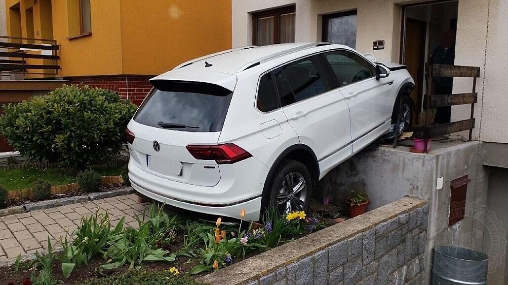 Řidič couval z garáže a naboural jiný vůz, sám vyjel po schodech na zápraží