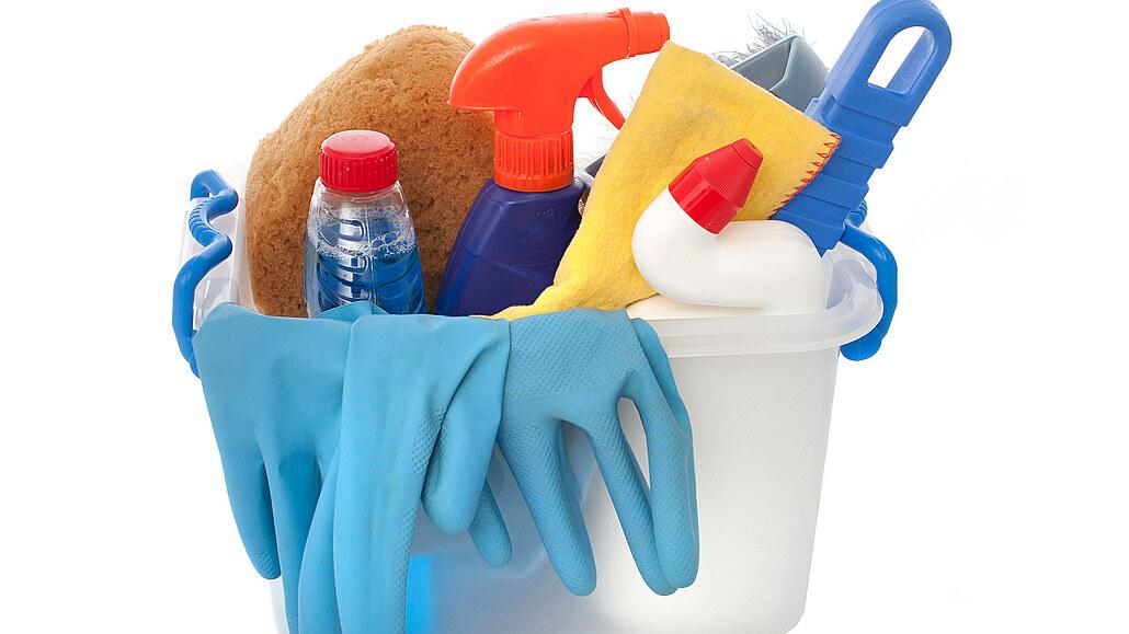 Kdo doma uklízí? Ženy nejčastěji myjí nádobí, muži vynášejí odpadky