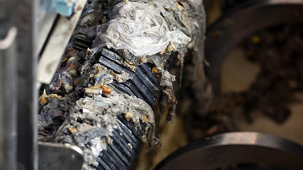 Voda plná ubrousků a vaty ucpává kanalizaci. Splašky ohrožují pstruhy